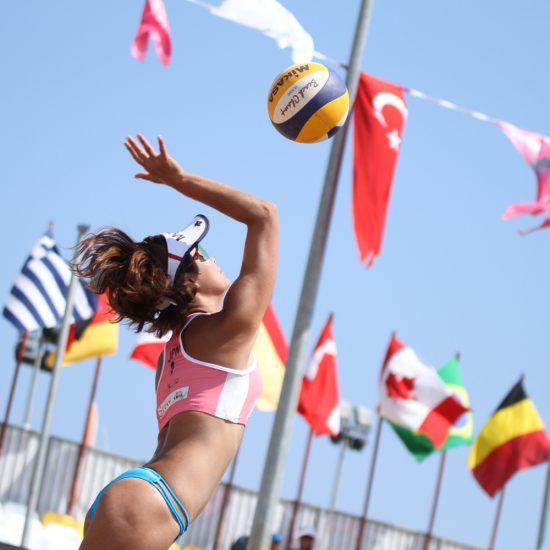 鈴木千代/村上礼華組、石坪聖野/柴麻美組、FIVBワールドツアーで金メダルを獲得。