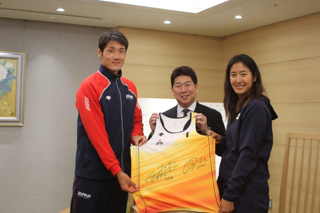 嶋岡会長、石島、二見両選手が、川崎市の福田市長を表敬訪問。